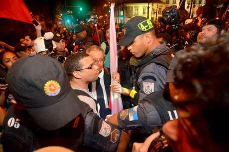 <p>Manifestantes discutem com PMs após desocupação da Assembleia do Rio de Janeiro</p>