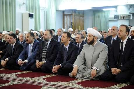 Bashar al-Assad (centro) participa de cerimônia religiosa em mesquita de Damasco