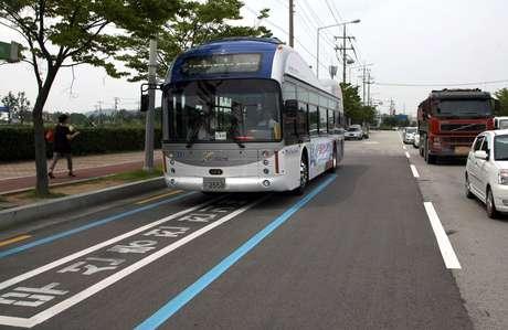 Os ônibus absorvem a eletricidade por indução