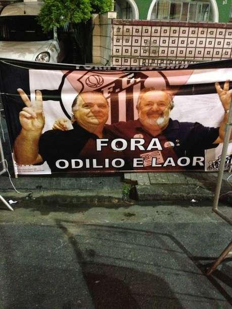 <p>Do lado de fora da Vila Belmiro, protestos foram realizados ao presidente Luis Alvaro</p>