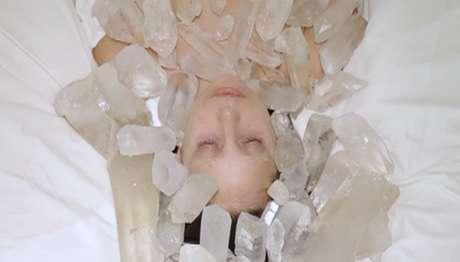 <p>A cantora também medita com cristais</p>
