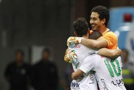 Lauro fez boa defesa e depois ainda cabeceou com força para marcar seu segundo gol contra o Flamengo na carreira