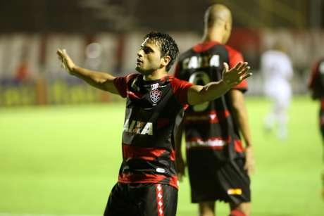 Maxi Biancucchi, artilheiro do Campeonato Brasileiro, abriu o placar para o Vitória no primeiro tempo