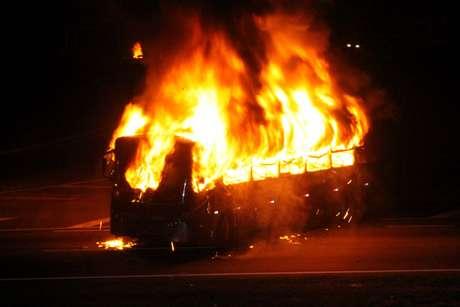 <p>Ônibus foi incendiado por volta das 19h20 durante protesto na rodovia, no sentido São Paulo</p>