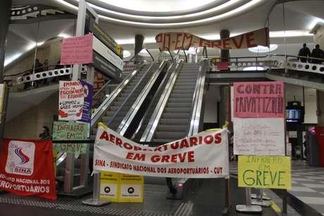 <p>O grupo colocou faixas e cartazes na parte interna do aeroporto</p>