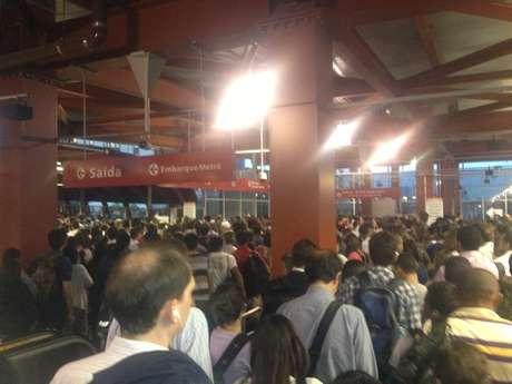 <p>Estação Pinheiros, que faz a ligação entre as linhas 4 - Amarela, do Metrô, e 9 - Esmeralda, da CPTM, minutos antes das 18h</p>