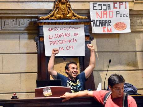 <p>Manifestantes que ocupam a Câmara Municipal exigem que propositor da CPI seja o presidente da comissão</p>