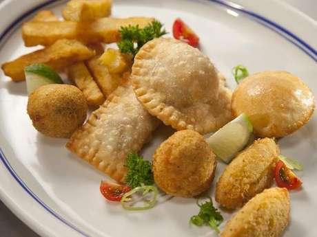 <p>Caldo de feijão, palitinhos de mandioca frita, bolinho de bacalhau, bolinho de arroz, ostras frescas, mini pastéis de carne e empadinha de bobó com camarão fazem parte de opções do menu do Dalva e Dito, um dos restaurantes de Atala</p>