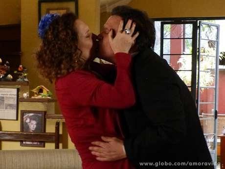 """Atílio (Luis Melo) volta para os braços de Márcia (Elizabeth Savalla) e diz: """"eu vou sempre voltar, sempre. Sem você a minha vida não tem graça!"""""""