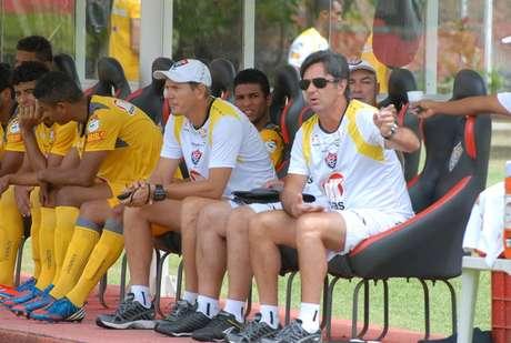 Em treino tático e recreativo, Caio Júnior avaliou opções para substituir desfalques contra o Corinthians