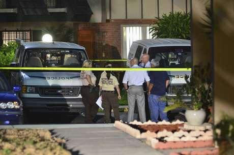 Policiais isolam a casa em que a corpo da mulher foi encontrado em Miami na quinta-feira