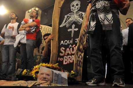 Manifestantes fazem enterro simbólico em protesto em São Paulo