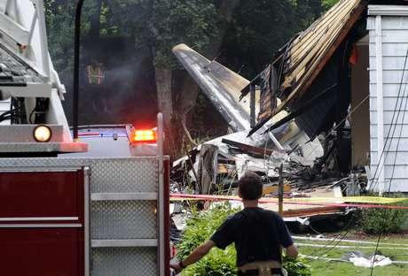 A aeronave caiu em cima de duas casas, uma delas vazia