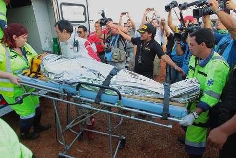 <p>Piloto foi retirado de ambulância por paramédicos após colidir a cerca de 100 km/h</p>