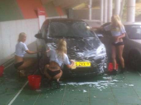 Clube holandês pagou três belas garotas para lavar o carro de Victor Palsson