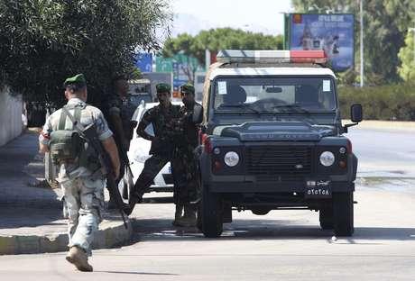 <p>Soldados patrulham rua que d&aacute; acesso ao aeroporto de Beirute ap&oacute;s o sequestro do avi&atilde;o</p>