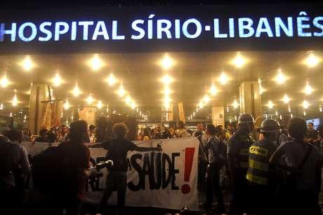 Manifestantes protestaram em frente ao hospital Sírio-Libanês, em São Paulo