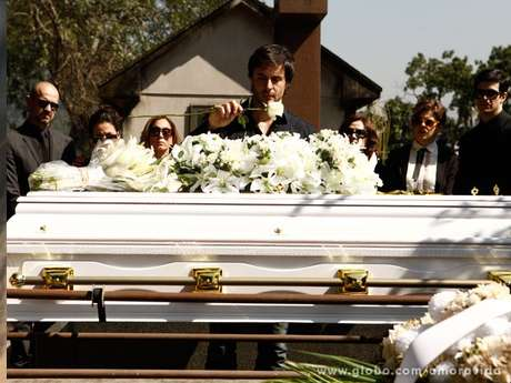 Após o enterro, Thales (Ricardo Tozzi) vê Nicole (Marina Ruy Barbosa) vestida de noiva e fica perturbado
