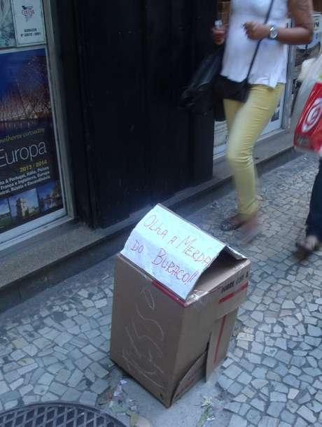 <p>Comerciante improvisou sinalização para alertar os pedestres sobre o buraco em avenida no Rio</p>