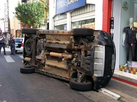 Renault Duster capotou após bater em outro carro e na guia, na rua Rui Barbosa, no centro da cidade