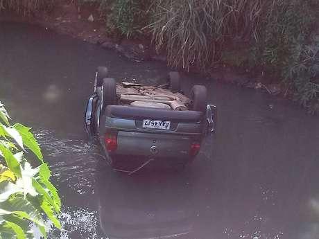 Motorista teria perdido o controle do veículo enquanto passava por ponte, e caiu dentro de rio no interior de São Paulo
