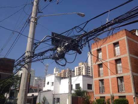 <p>Subprefeitura de Pinheiros prometeu intimar as concession&aacute;rias que prestam servi&ccedil;os na regi&atilde;o para regularizarem a situa&ccedil;&atilde;o</p>