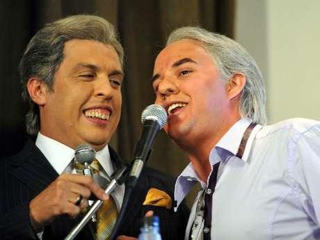 <p>Wellington Muniz, caracterizado como Silvio Santos, ao lado do colega Guilherme Santana, em 2012</p>