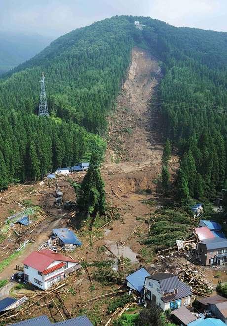 A chuva causou deslizamentos de terra e cheias de rios em Akita