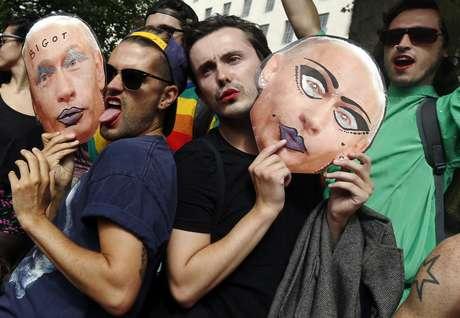 Protesto em Londres contou com máscaras representando o presidente russo Vladimir Putin