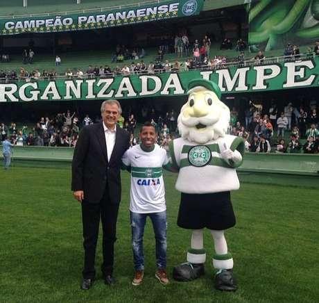 Meia-atacante ao lado do presidente do Coritiba, Vilson Ribeiro de Andrade