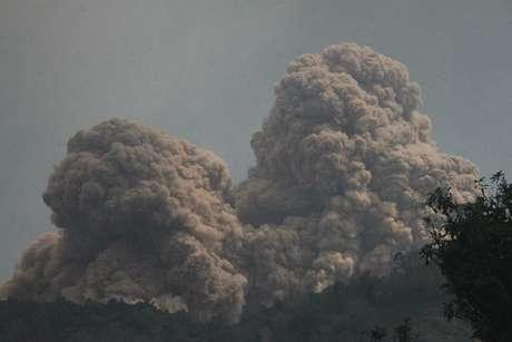 <p>O vulc&atilde;o do Monte Rokatenda expele nuvens de fuma&ccedil;a na ilha de Palue, na Indon&eacute;sia</p>