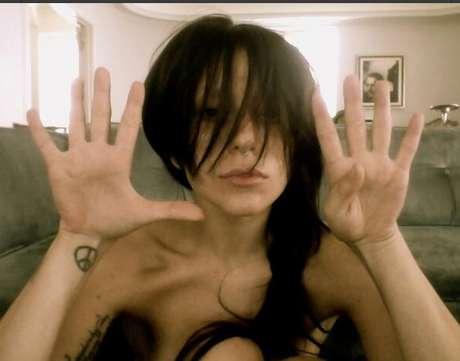 <p>Gaga ousou ao aparecer nua</p>