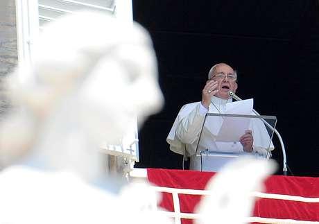 O papa Francisco reza a oração do Ângelus diante da Praça de São Pedro, no Vaticano