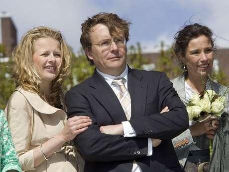 O príncipe holandês Johan Friso (centro) ao lado da mulher, a princesa Mabel (esq.), em imagem de abril de 2006