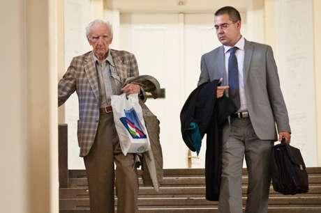 Em foto de julho de 2012, Csatary deixa o tribunal de Budapeste ao lado do advogado, Gabor Horvath, após ser questionado por suas atividades durante a 2ª Guerra Mundial