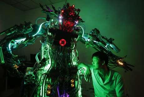 Robô tem 2,1 metros de altura e pesa 250 quilos