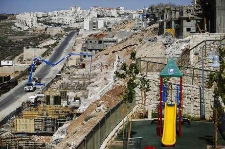 Vista geral da construção de prédios residenciais no assentamento judeu de Beitar Ilit, próximo a Bethlehem, na Cisjordânia. Moradias para colonos judeus estão surgindo em toda Jerusalém Oriental, e vias importantes estão sendo abertas para dar acesso a assentamentos na Cisjordânia ocupada. Israel acaba de autorizar a construção de 3.100 novos imóveis nos territórios conquistados na Guerra dos Seis Dias, em 1967. 11/08/2013.