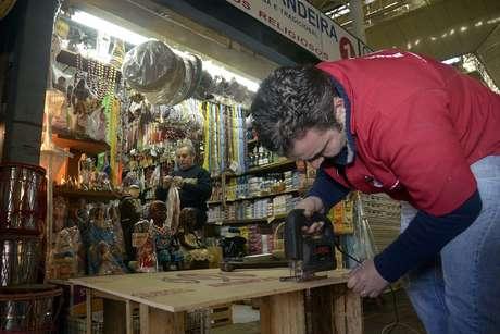 Comerciantes trabalham antes da reabertura parcial do Mercado Público de Porto Alegre (RS)