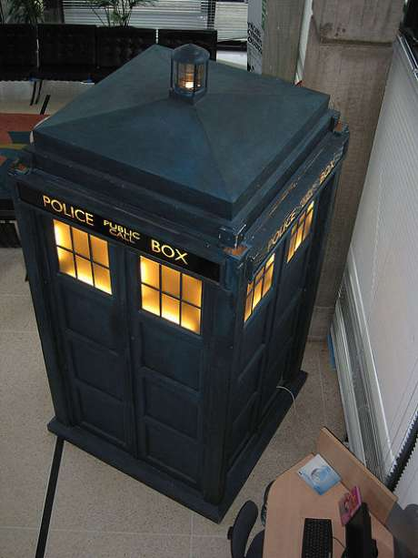 TARDIS é a máquina do tempo da série britânica Doctor Who