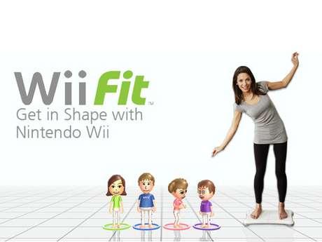Lançado em 2008, o Wii Fit é um jogo que contém uma prancha de exercícios, onde o usuário sobe para jogar mini-games com o corpo