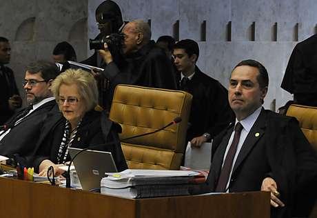 <p>Novato no STF, ministro Roberto Barroso (dir.) participou na quarta-feirapela primeira vez de uma sessão do julgamento do mensalão</p>