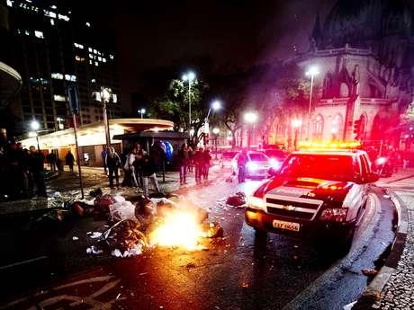 Lixo foi espalhado pela rua e queimado nas ruas próximas à Câmara Municipal de São Paulo