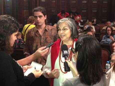 Lúcia Vieira, filha do jornalista Mário Alves, na plenária da Alerj