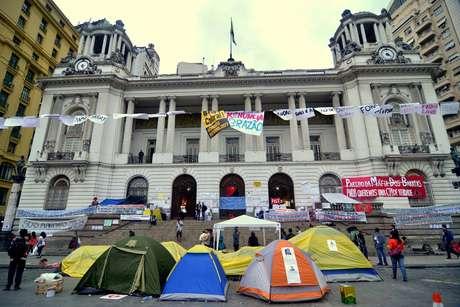 <p>Manifestantes também ocupam a frente da Câmara Municipal. Eles estão acampados em frente ao prédio e demonstram apoio ao grupo que está ocupando a Casa</p>