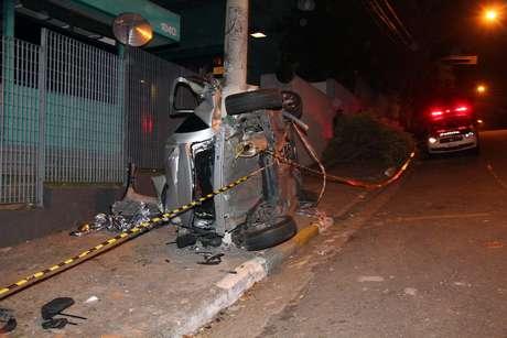 Três suspeitos em fuga bateram o veículo contra um poste na rua Padre Machado