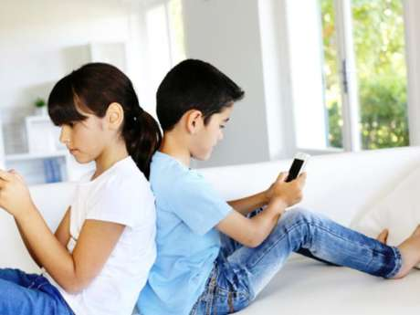 <p>Seguramente te ha pasado: estás con alguien que no suelta su celular ni un segundo. ¿Verdad que es sumamente desagradable?</p>