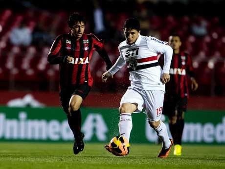 <p>Atacante, em impedimento, tentou completar gol do São Paulo antes da bola entrar, mas furou</p>