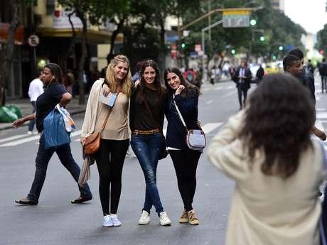 Muitos aproveitaram o momento único para passear pela rua. A cena mais vista era de pessoas tirando fotos de si mesmas enquanto caminhavam pelo meio da via