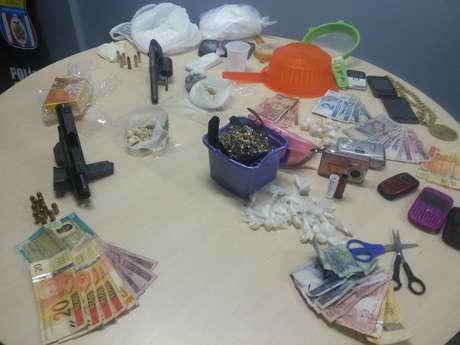 Operação resultou na apreensão de armas e de 1 quilo de drogas