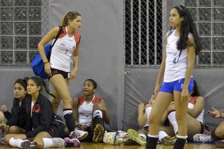 <p>Sasha (de mochila), filha de Xuxa, é atleta do time de vôlei juvenil do Flamengo e está em Minas Gerais competindo na Copa MTC</p>